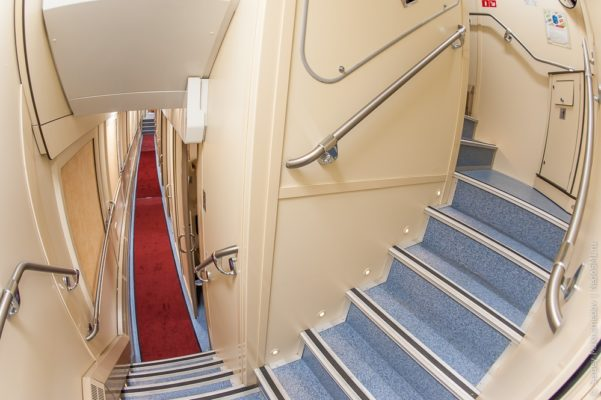 лестница двухэтажного вагона